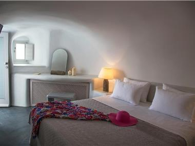 Lava Caves, hotels in Oia