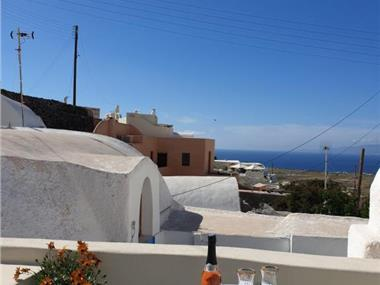 Cave house mARTrona, hotels in Finikia