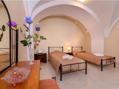Mantilaria, hotels in Fira