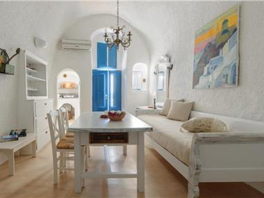Strogili, hotels in Oia