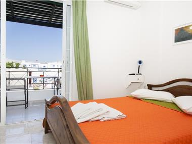 Studio Paul's, hotels in Perissa