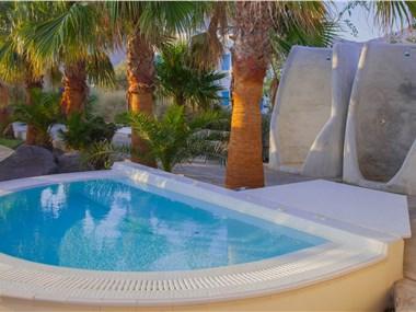 Atlantis Beach Villa, hotels in Perivolos