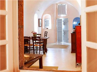 Luxury villa in Megalochori Santorini with Jacuzzi, hotels in Megalochori