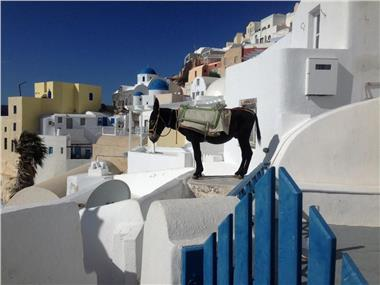 White House In A Rock, hotels in Oia