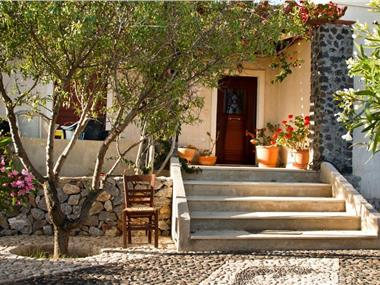 Birds Villa Apartments, hotels in Perissa