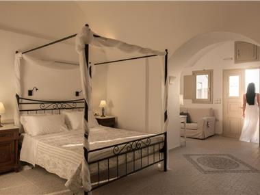 Serenity Suites & Villa, hotels in Fira