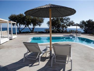 Villa Beltramo Santorini 2 bedroom private pool villa, hotels in Finikia